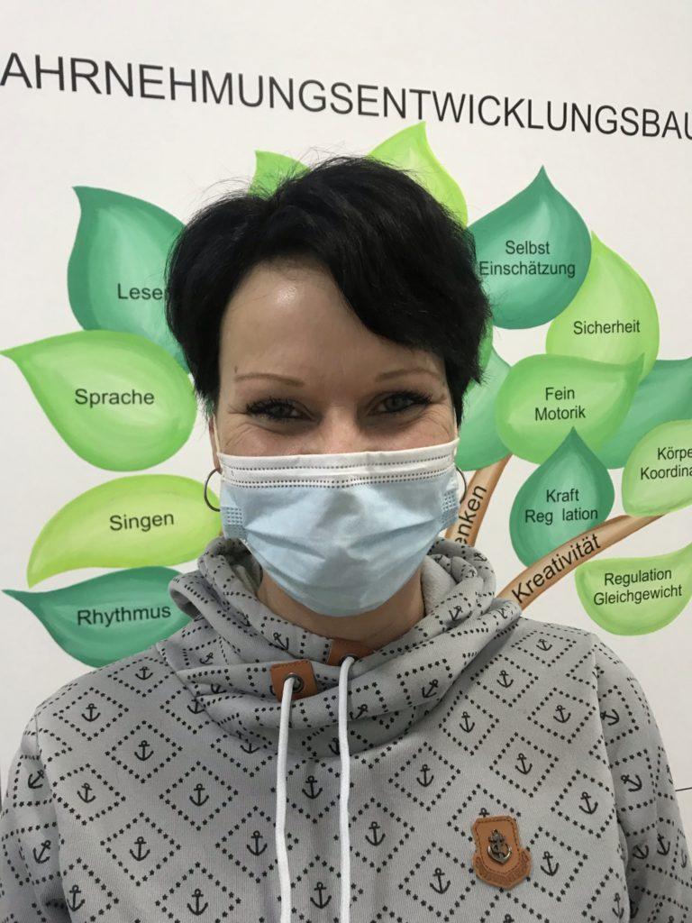 Mitarbeiterin Claudia Ewert mit Maske